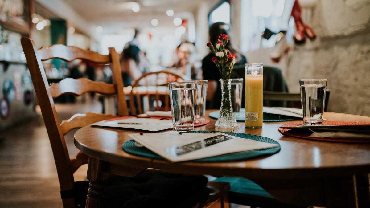Připravený stůl v restauračním zařízení. Víte, jako je etika v restauraci?