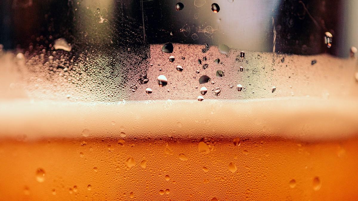 Historie piva v Čechách, to je sklenice s pivem.