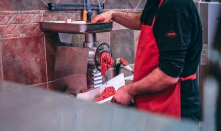 Kuchař mele maso na holandský řízek se sýrem.