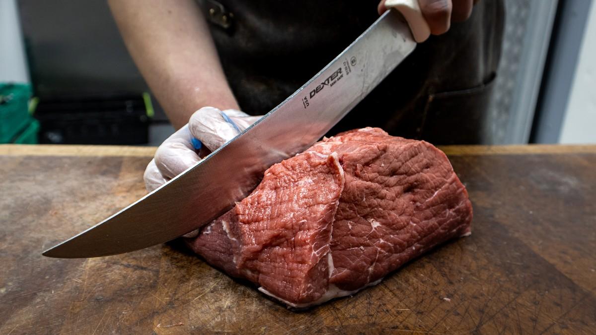 Krájení hovězího masa, ze kterého vznikne hospodský guláš.