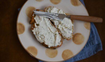 Pivní sýr namazaný na chlebu vypadá opravdu dobře.